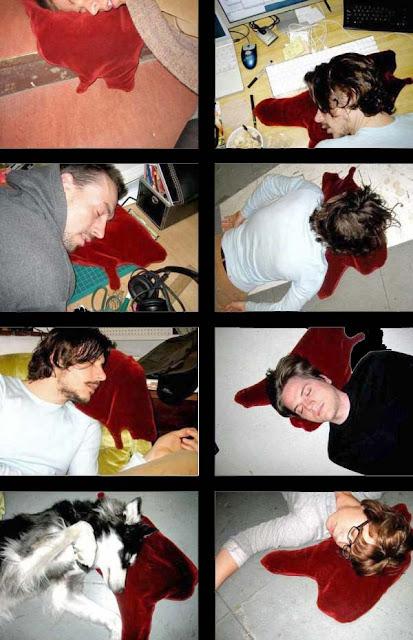 Lustige Menschen schlafen im Büro Bilder