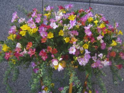 石川県庁玄関ロビーにあるエアリフローラのフラワーアレンジメント