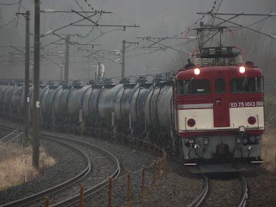 タンク車を牽引するED75形