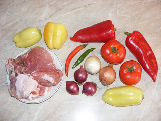 retete cu carne si legume, preparate din carne si legume, retete cu pui porc ardei rosii ceapa ciusca, retete culinare romanesti,