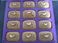 Pâte des cakes à la patate douce après cuisson dans les empreintes de ma plaque à mini cakes