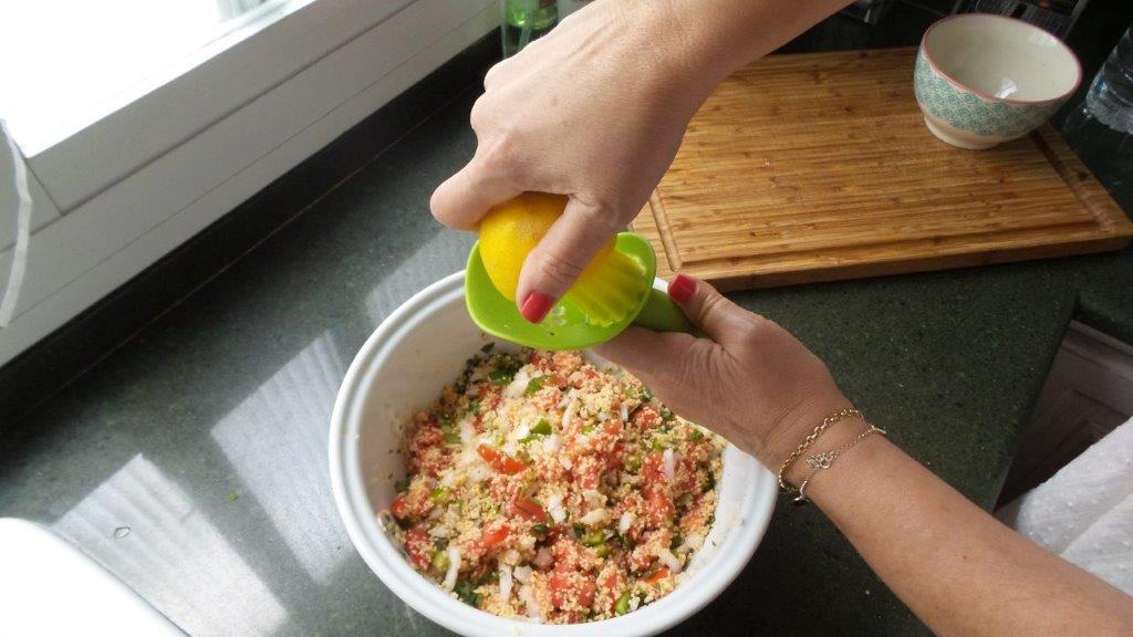 Añadiendo zumo de limón al tabulé