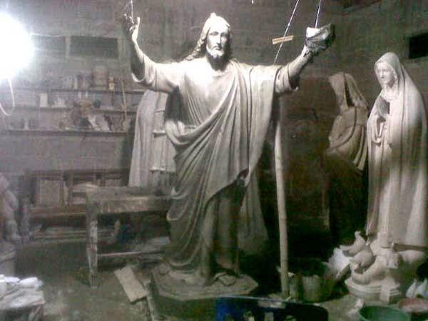 patung yesus memberkati tanah liat