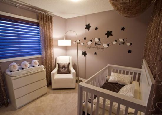 Dormitorio de beb marr n y blanco dormitorios colores y for Pegatinas dormitorio bebe
