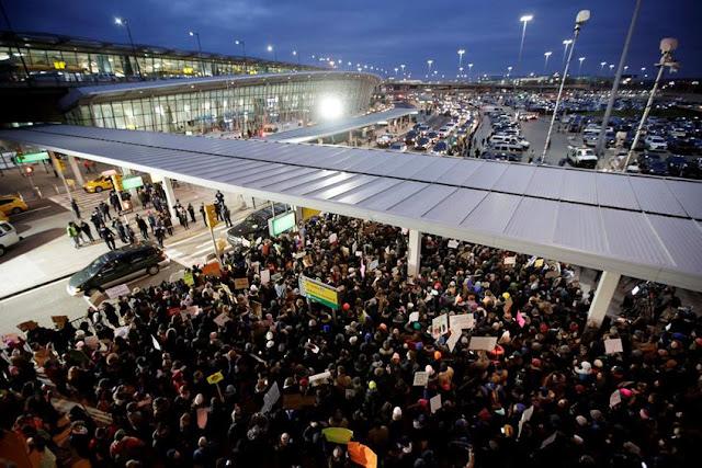 Δικαστήριο των ΗΠΑ μπλοκάρει εν μέρει το διάταγμα του Τραμπ – Χάος και διαμαρτυρίες στα αεροδρόμια με πάνω από 100 εως 200 συλλήψεις