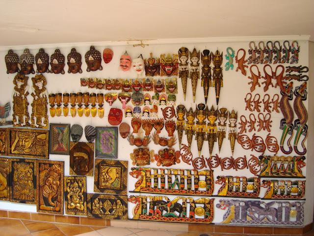 Изображение сувениров во дворе отеля