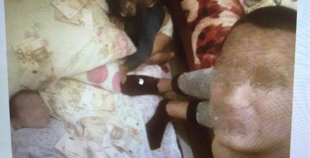 Απίστευτο θράσος: Επιδείκνυε τη λεία από τις κλοπές του σκεπάζοντας το μωρό του με 50ευρα!