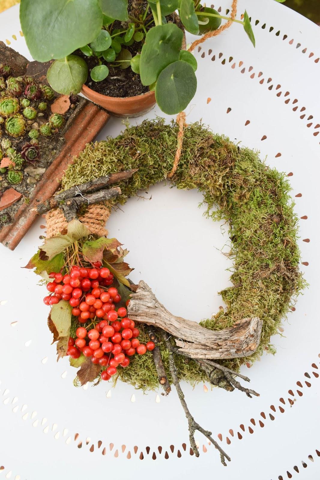 DIY Mooskranz einfach selber machen mit Moos Beeren Holz und Sisal. Naturdeko Anleitung zum Kranz binden. Dekorieren mit Natur herbstdeko