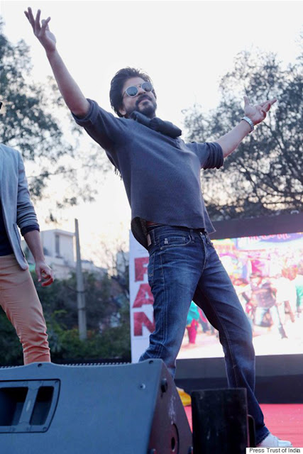 Shah Rukh Khan promote his movie Fan at Hansraj College DU