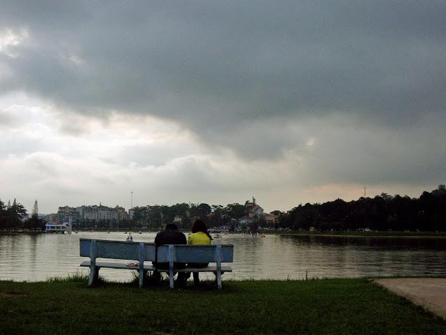 Enamorados junto al Lago de Da Lat
