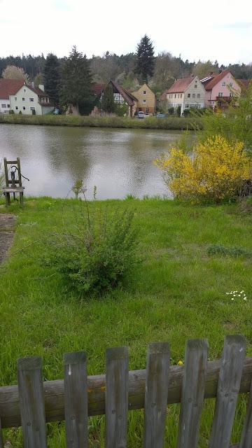 Blick imWeihergarten runter zum Weiher (c) by Joachim Wenk