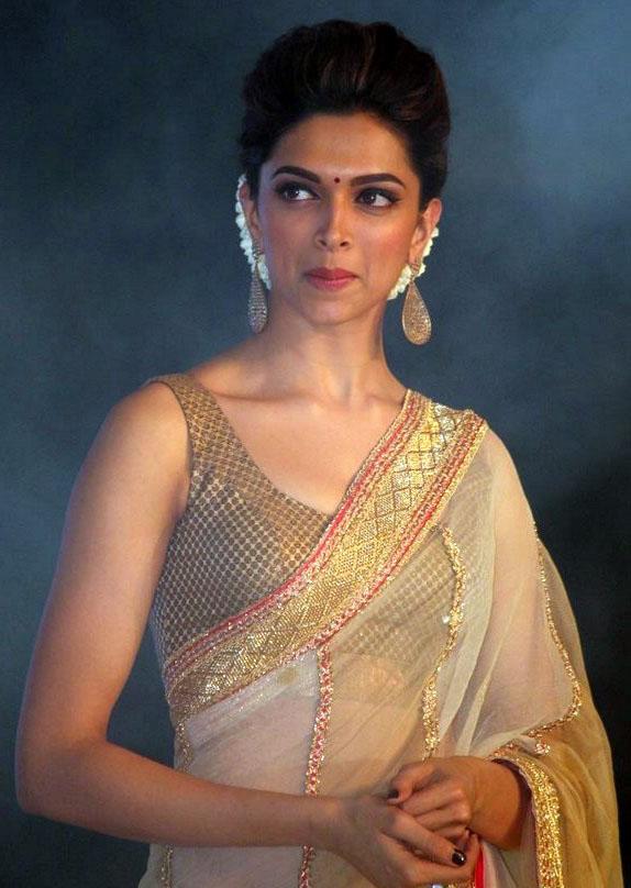 Deepika Padukone Hot Cleavage Stills at Chennai Express ...