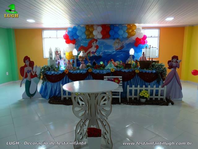 Decoração de aniversário infantil tema Ariel em mesa tradicional forrada com toalhas de pano(tecido de cetim)