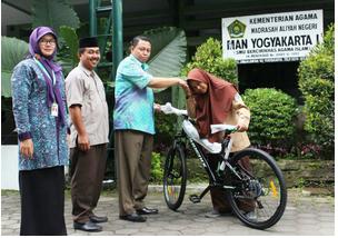 Siswi Berprestasi Harus Mengayuh Sepeda 90 Menit Menuju Ke Madrasah