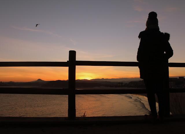 Contemplando el amanecer en la playa