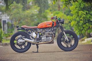 artis penggemar motor custom