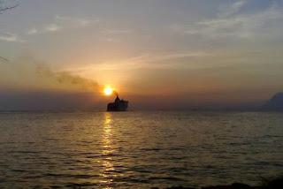 Ο χρυσός ήλιος της Πάτρας και το καράβι που φεύγει