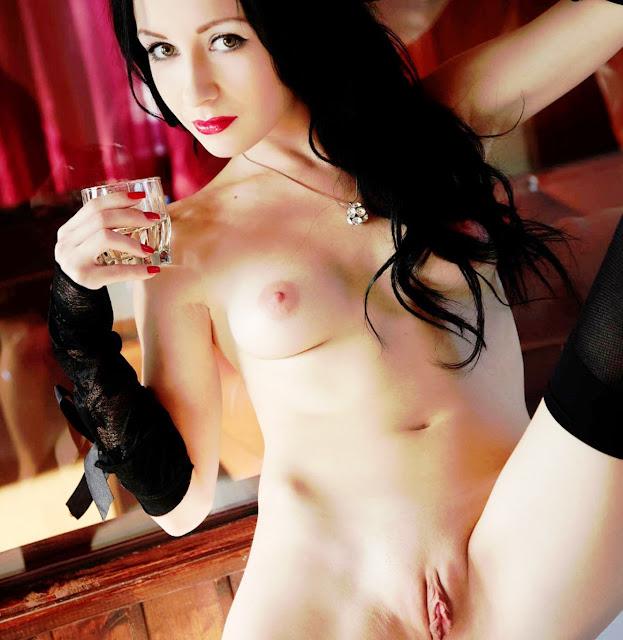 Эротика www.eroticaxxx.ru: Бритые киски, фото Ню (18+) Побритые лобки и гладкие письки без волос. Постригла письку и показывает