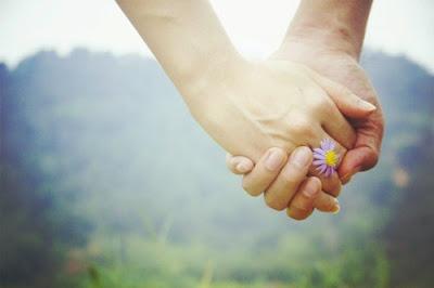 mains-jointes-fleur