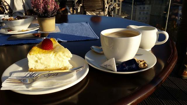 Kaffee und Kuchen im Blue Spa, Käsekuchen und Sonne