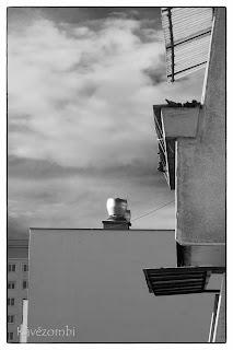 Panelház erkélye fekete-fehérben