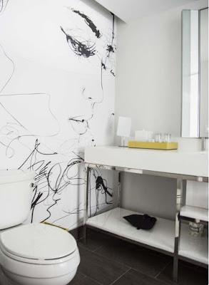 ציור הקיר לאמבטיה בסגנון מונוכרומטי