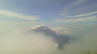(Puncak Gunung Sumbing dari puncak Gunung Sindoro, saat berkabut)