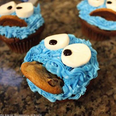 Ausgefallenes Dessert Muffin mit Plätzchen und Gesicht