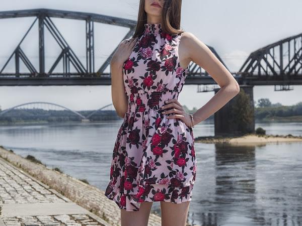 238. STYLIZACJA: Sukienka w róże NA-KD