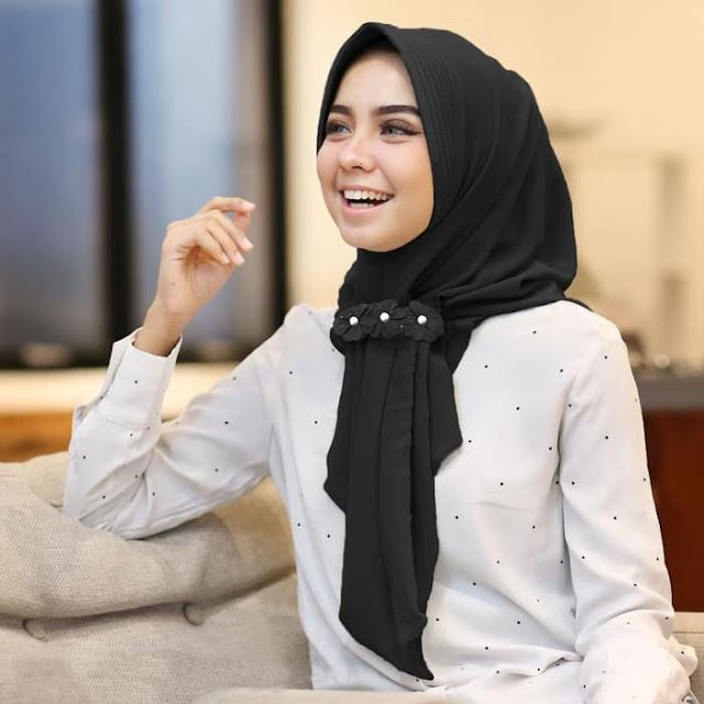 Jilbab INSTAN Modis Cantik Aqilla Hijab GRATIS Bros Cantik Warna Hitam