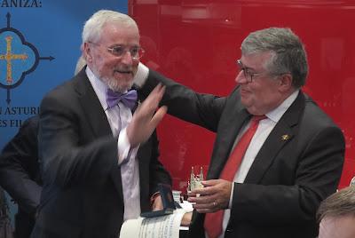 Salvador Antolín con la medalla colectiva de FASFIL