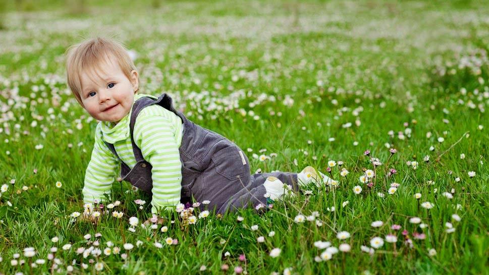 bebek-çocuk-sevimli-güzel-güzel-bebek-in-ışık-yeşil-Sute