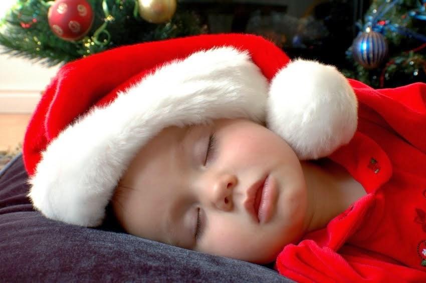 Wallpaper bayi lucu merayakan hari nata tertidur
