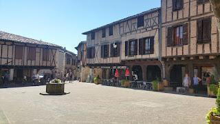 Castelnau-de-Montmiral. Place des Arcades