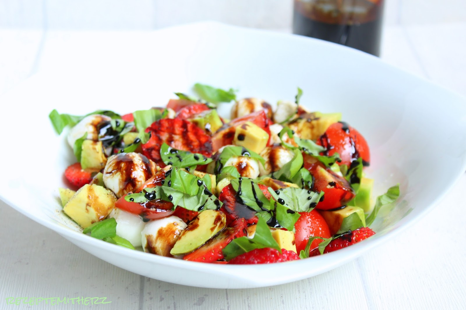 rezepte mit herz caprese salat mit erdbeeren und avocado. Black Bedroom Furniture Sets. Home Design Ideas