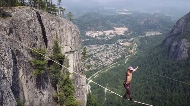 Un hombre casi cae desde 300 metros de altura