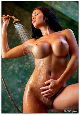 красотка моется под душем