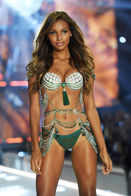 runway-magazine-victoria-secret-eleonora-de-gray-guillaumette-duplaix-runway-paris-fashion-show-november-2016-cbs-runwaymagazine