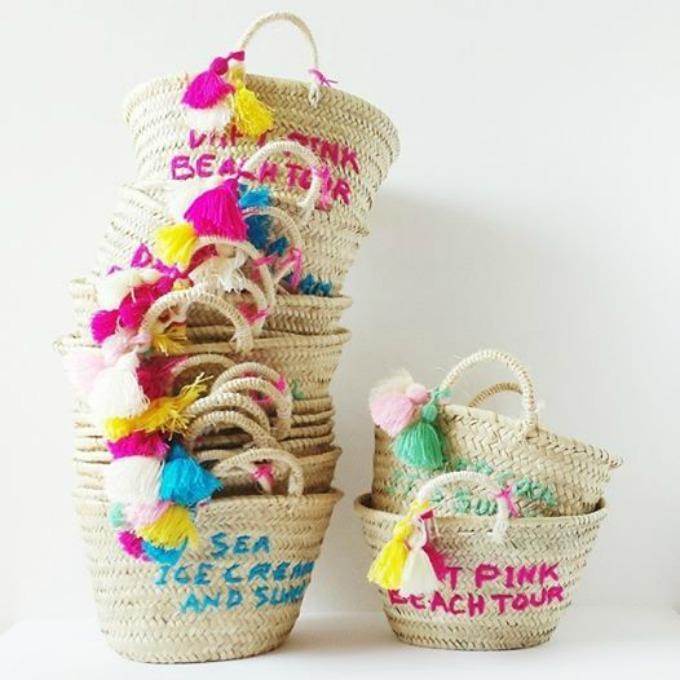 capazos de playa con borlas y pompones de colores