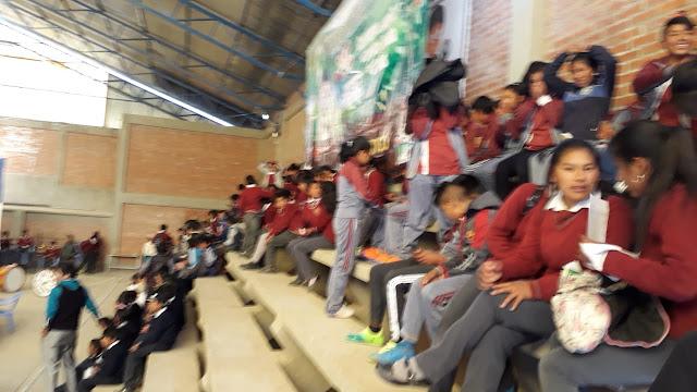 Auch die Schüler sind anwesend in der großen Sportarena