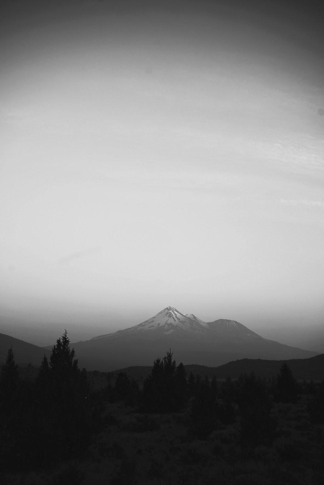 جبال مرتفعة مع ضباب كثيف و خلفية رمادية - خلفيات ايفون X