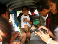 5 Cara Untuk Menghindari Ajakan Ngobrol Orang Asing Di Angkutan Umum