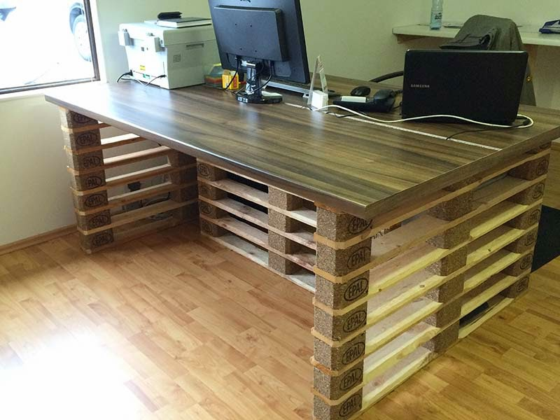 escritorio de oficina con extremos de europalets. Black Bedroom Furniture Sets. Home Design Ideas