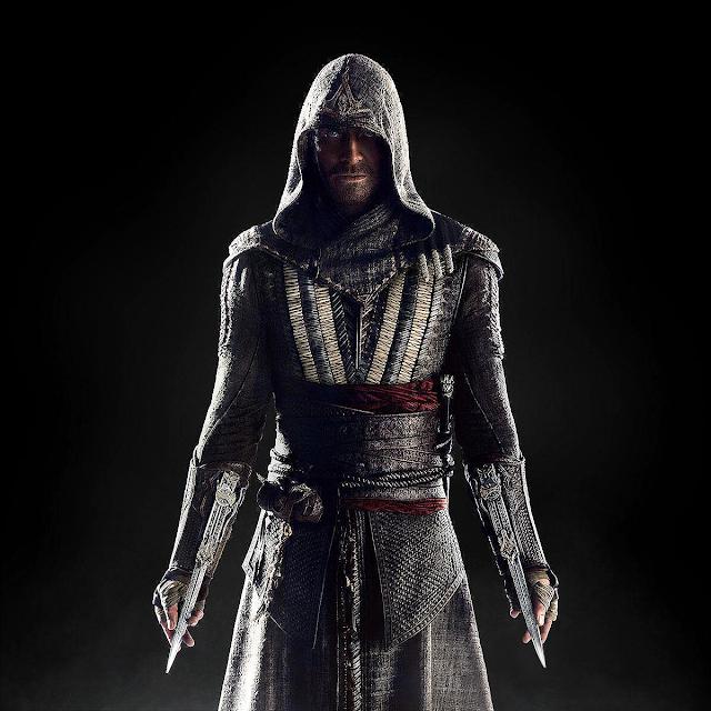 Michael Fassbender, în armura personajului principal Callum Lynch din filmul Assassin's Creed