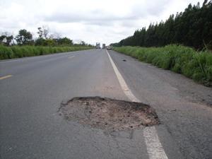 Se a causa do acidente é buraco, obstáculo, defeito na pista, obras, falta de sinalização ou iluminação, que torne impossível ao condutor evitar o infortúnio, o Poder Público deve ser responsabilizado. Poderia atenuar a