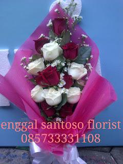 rangkaian buket bunga tangan mawar merah dan putih model berdiri