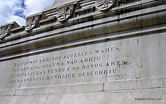 Inscrição dos Lusíadas no Monumento ao Infante D. Henrique na Cidade do Porto, Portugal