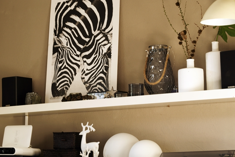 Blog + Fotografie by it's me! - Rooming, Weihnachtsdeko 2015 - Druck von Zebras, Sterne, Windlicht und weiße Keramik-Elche