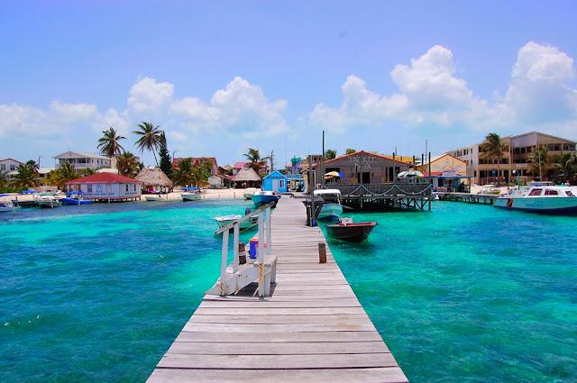 Un muelle en San Pedro. San Pedro es una ciudad y puerto del distrito de Belice, Belice.