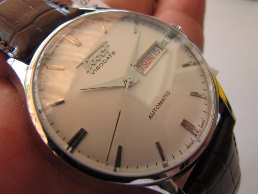 Cantik jam TISSOT VISODATE ini... dibalut dengan strap kulit bawaan TISSOT  coklat tua... Cocok untuk Anda yang sedang mencari jam tangan classic..  model ... 080b370cb9
